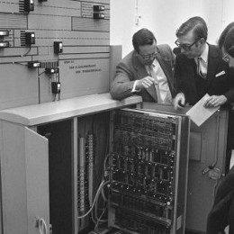 Oude foto van mannen bij een oude mainframe
