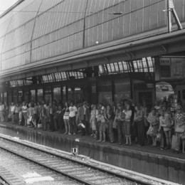 Wachtende mensen op een station