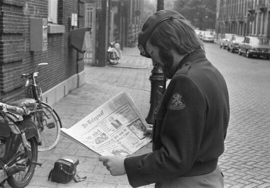 afbeelding van soldaat die de krant leest